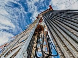 Photo of a hydraulic fracturing rig shot from the ground looking to the sky. Photo by I Stock.